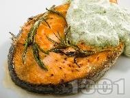 Рецепта Печени котлети от сьомга на грил тиган с розмарин и копъров сос със сметана